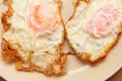 Gebraden eieren op een warmhoudplaat Royalty-vrije Stock Foto's