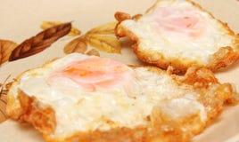 Gebraden eieren op een warmhoudplaat Royalty-vrije Stock Afbeeldingen