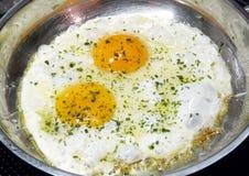 Gebraden eieren in pan Royalty-vrije Stock Afbeeldingen