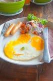 Gebraden eieren, toosts, sap en salade Royalty-vrije Stock Afbeeldingen