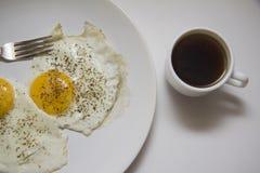 Gebraden eierenclose-up op witte plaat Stock Afbeeldingen