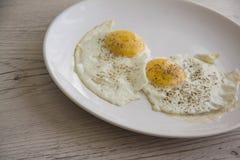 Gebraden eierenclose-up op witte plaat Royalty-vrije Stock Fotografie