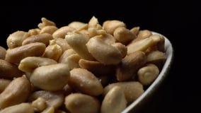gebraden en gezouten pinda's stock videobeelden