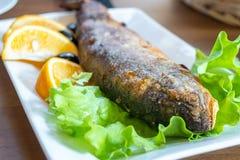 Gebraden forel met citroen en olijf, gezond voedsel stock foto