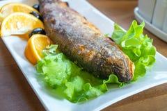 Gebraden forel met citroen en olijf, gezond voedsel stock fotografie