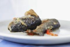 Gebraden forel met ui en peper royalty-vrije stock foto's
