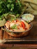 Gebraden garnalen met Spaanse pepers in een koperpan Royalty-vrije Stock Foto's
