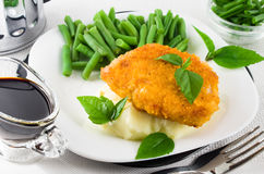 Gebraden gepaneerde kip, slabonen en fijngestampte aardappels Royalty-vrije Stock Fotografie