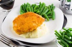 Gebraden gepaneerde kip, slabonen en fijngestampte aardappels Stock Fotografie