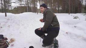 Gebraden gerecht de worsten op de brand in het de winterbos