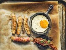 Gebraden gerecht op Ontbijt met Worsten, Bacon, Ei en Bloedworst stock fotografie