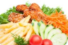 Gebraden gerechtenaardappels met kippengoudklompjes Royalty-vrije Stock Fotografie