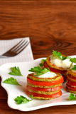 Gebraden gesneden pompoen met tomaten, yoghurt en peterselie Stock Afbeeldingen
