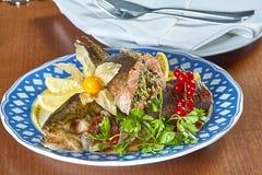 Gebraden gevulde vissen op een schotel feestelijk menu Royalty-vrije Stock Foto
