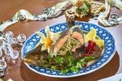 Gebraden gevulde vissen op een schotel feestelijk menu Royalty-vrije Stock Afbeeldingen