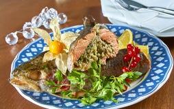 Gebraden gevulde vissen op een schotel feestelijk menu Royalty-vrije Stock Foto's
