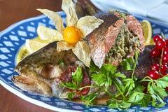 Gebraden gevulde vissen op een schotel feestelijk menu Stock Fotografie