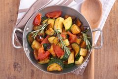 Gebraden groenten in braadpan Royalty-vrije Stock Afbeeldingen