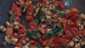 Gebraden groenten in een pan binnen stock video