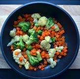 Gebraden groenten op de pan, houten en zwarte achtergrond Royalty-vrije Stock Foto's
