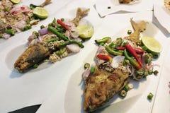 Gebraden ingelegde vissen, gebraden ui en gebraden die Spaanse peper met fre worden gediend Royalty-vrije Stock Afbeeldingen