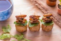 Gebraden insecten - Houten worminsect knapperig met kippenbroodje daarna Stock Foto's