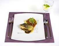 Gebraden kabeljauw en salade Royalty-vrije Stock Foto's