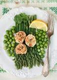 Gebraden kammosselen met sesamzaden, asperge, citroen en groene erwten Royalty-vrije Stock Afbeelding