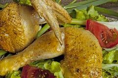 Gebraden kip in de bladeren van sla op een raad Stock Afbeeldingen