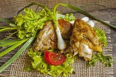 Gebraden kip in de bladeren van sla op een raad Royalty-vrije Stock Foto's