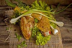 Gebraden kip in de bladeren van sla op een raad Stock Fotografie