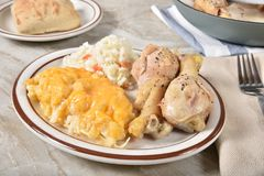 Gebraden kip en aardappelbraadpandiner stock foto's