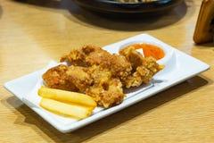 Gebraden kip en frieten op een plaat stock afbeelding