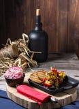 Gebraden kip en groenten in een pan Romantisch diner in het plattelandshuis Menuachtergrond voor koffie en restaurant plaats royalty-vrije stock foto's