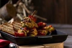 Gebraden kip en groenten in een pan Romantisch diner in het plattelandshuis Menuachtergrond voor koffie en restaurant plaats stock foto's
