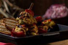 Gebraden kip en groenten in een pan Romantisch diner in het plattelandshuis Menuachtergrond voor koffie en restaurant plaats stock afbeeldingen