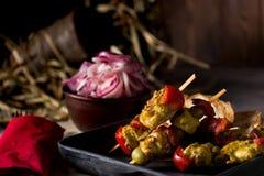 Gebraden kip en groenten in een pan Romantisch diner in het plattelandshuis Menuachtergrond voor koffie en restaurant plaats stock foto