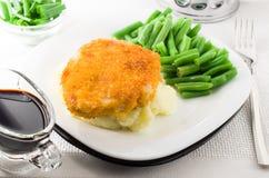 Gebraden kip en slabonen en fijngestampte aardappels Stock Foto's