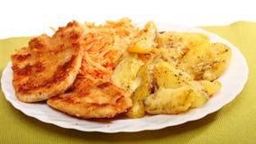 Gebraden kip geroosterde potatos en wortelsalade Stock Foto