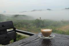 Gebraden kip met koffie en bergmening in de ochtend Royalty-vrije Stock Fotografie