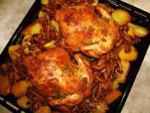 Gebraden kip met paddestoelen en aardappels royalty-vrije stock foto
