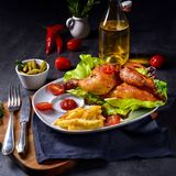 Gebraden kip met spaanders en salade Stock Afbeelding