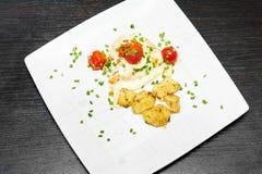 Gebraden kip met tomaat en aardappel Royalty-vrije Stock Foto's