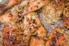 Gebraden kip met zonnebloem en pompoengraines en honing Royalty-vrije Stock Afbeelding
