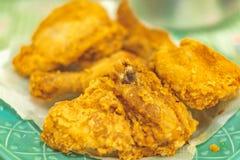 Gebraden kip op een smakelijk zout voedsel van plaatgaleto thuis stock fotografie