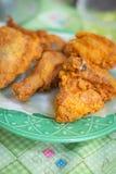 Gebraden kip op een smakelijk zout voedsel van plaatgaleto thuis stock afbeelding