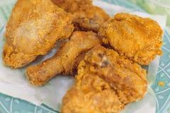 Gebraden kip op een smakelijk zout voedsel van plaatgaleto thuis stock foto's