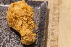 Gebraden kippen op zwarte plaat Royalty-vrije Stock Afbeelding