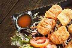 Gebraden kippengoudklompjes en saus op houten lijst stock foto
