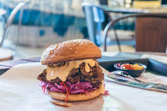 Gebraden kippenhamburger met mayonaise en purpere kool slaw Royalty-vrije Stock Foto